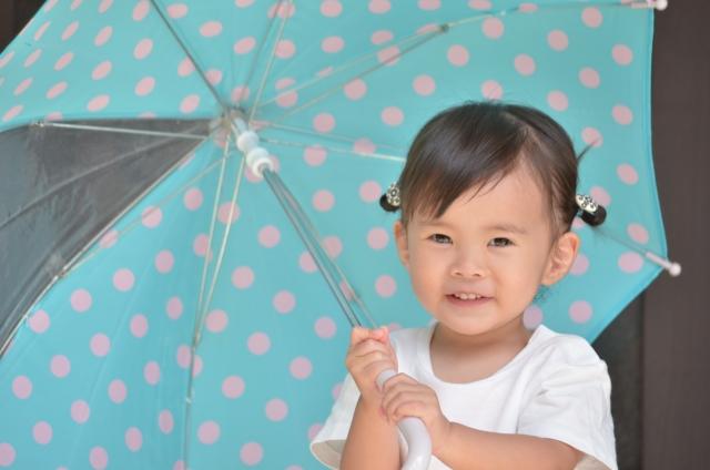 2歳の子供に傘を持たせても大丈夫?