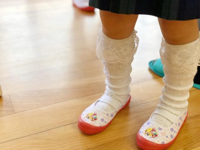 靴下 名前つけ 方法 幼稚園 保育園 アイロンテープ スタンプ 書き お名前シール 縫い付け 100均 どこ 位置 場所 テプラ 黒